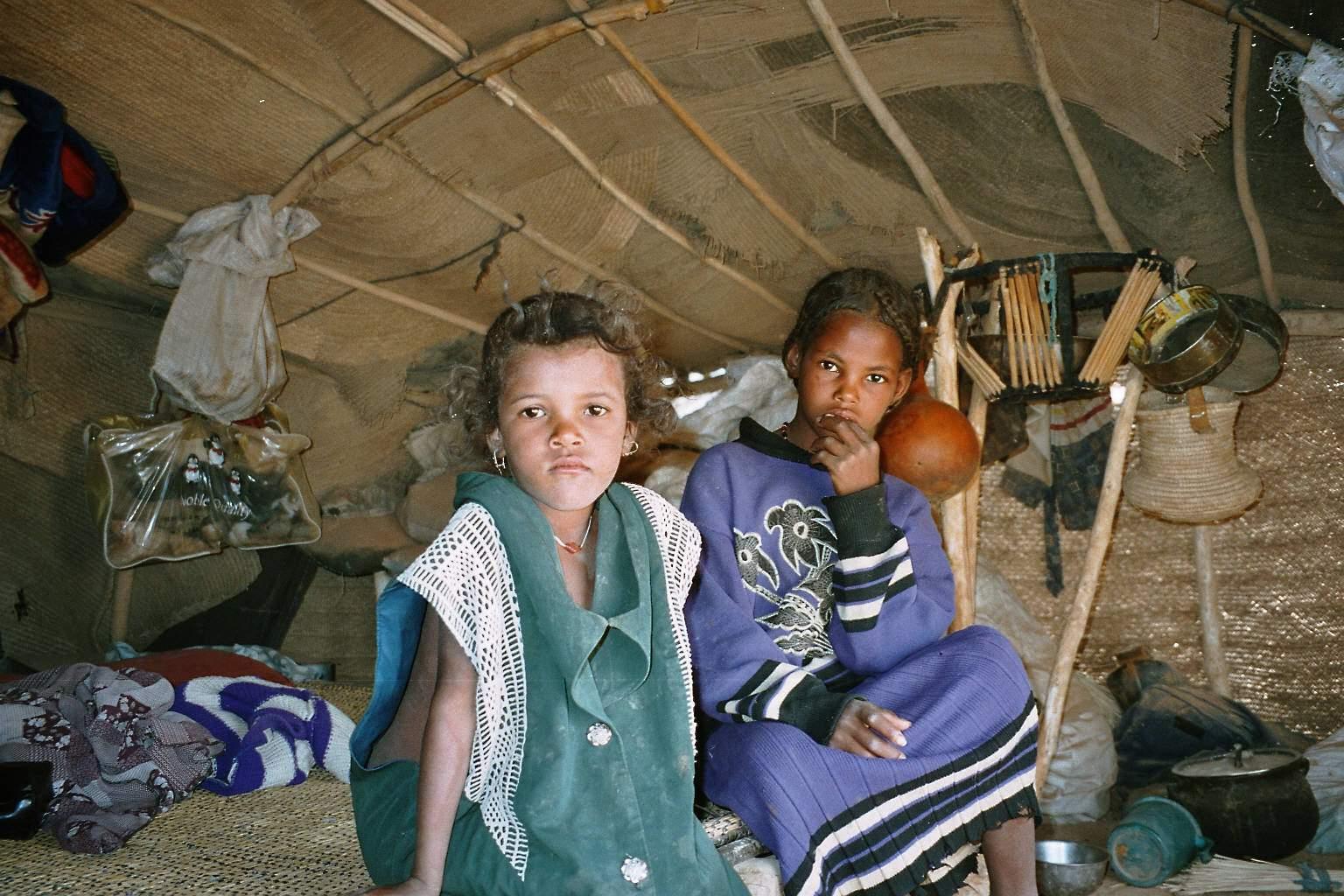 enfants touaregs dans leur tente nomade