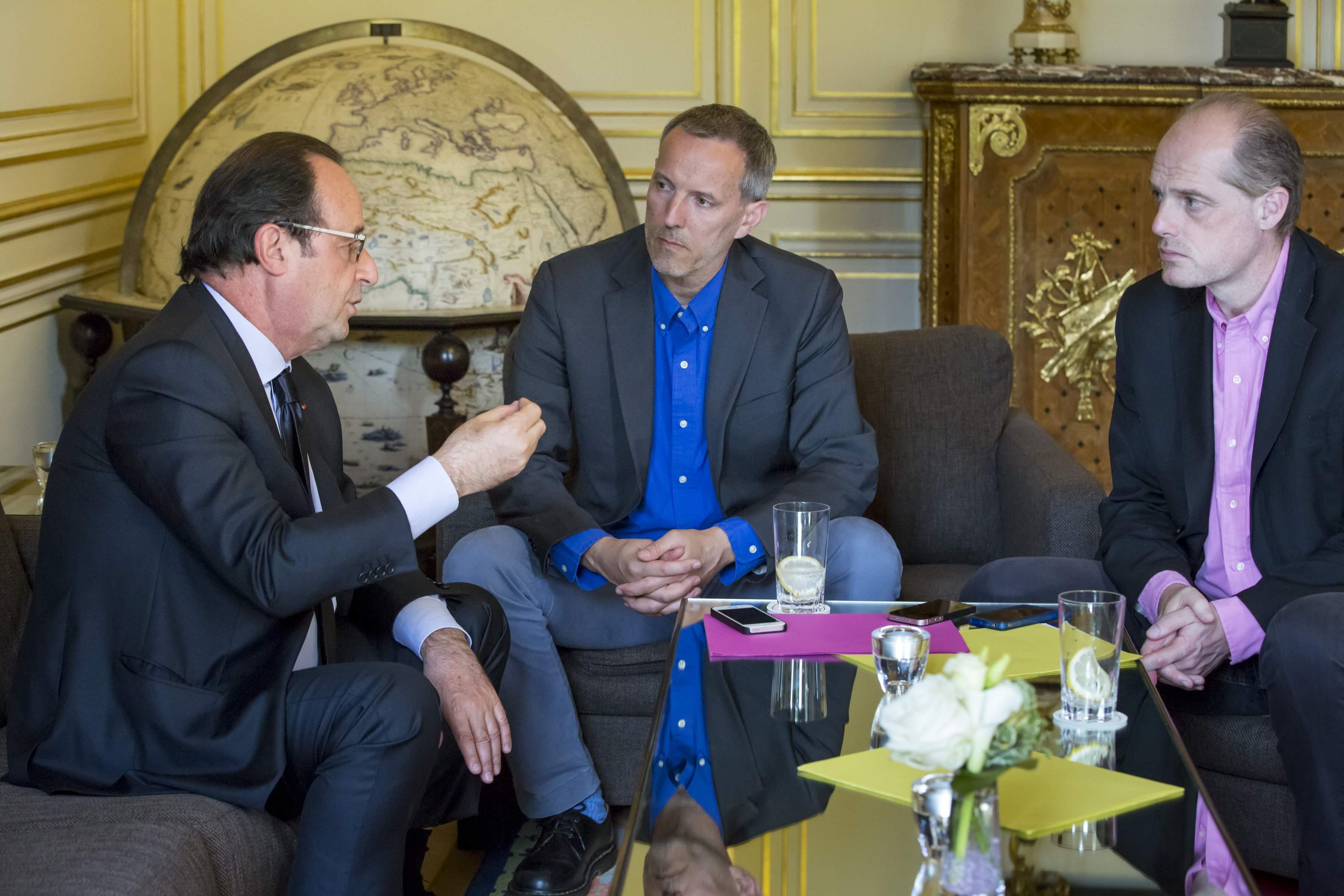 François Hollande, président de la République, s'entretient avec les journalistes Gérard Davet et Fabrice Lhomme dans le salon de la cartographie au Palais de l'Elysée à Paris, vendredi 22 juillet 2016 - photo: Jean-Claude Coutausse pour Stock