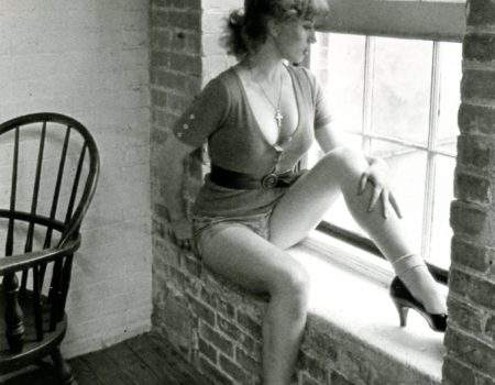 CINDY SHERMAN (U.S.A.), devant l'écran, miroir et photographie de soi en actrice.