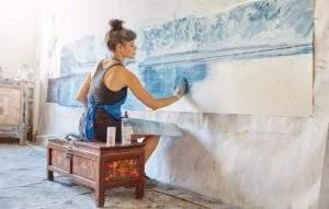 Zaria Forman dans son atelier