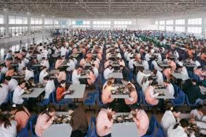 Edward Burtynsky, 2005, cafeteri a d'usine de vêtements Chine
