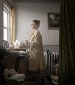 Maisie Broadhead, 2014, Femme avec ling e à laver, photographie, 51 x 45 cm